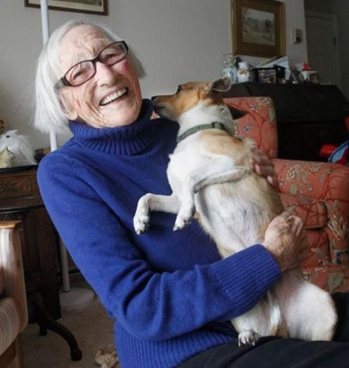 mujer-de-96-adopta-un-perro-anciano4
