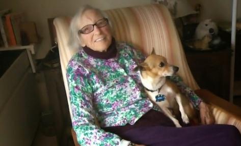 mujer-de-96-adopta-un-perro-anciano7
