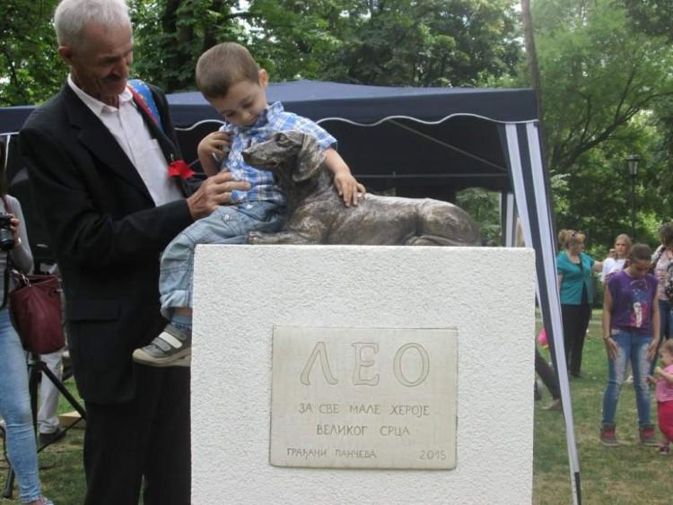 Estatua de perro en Serbia 1