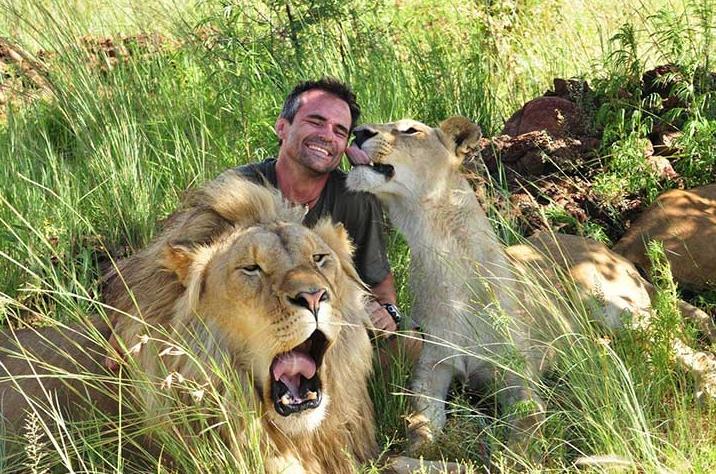 leones-abrazan-a-su-heroe3