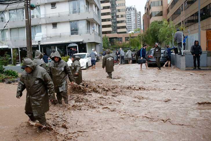 policía ayuda perro en inundación 2