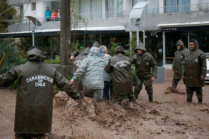 policía ayuda perro en inundación 3