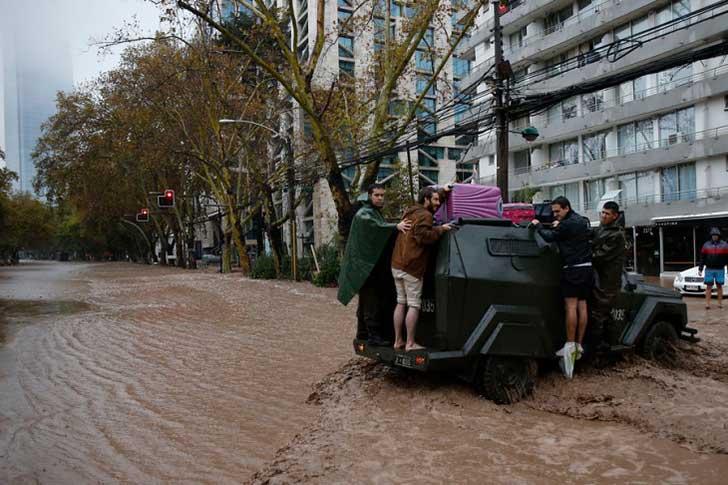 policía ayuda perro en inundación 5