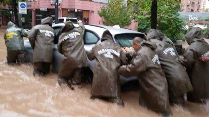 policía ayuda perro en inundación 6
