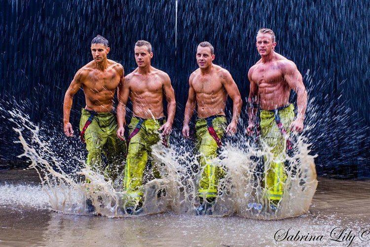 bomberos sexys posan con cachorros lluvia