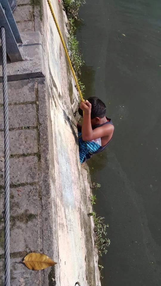 acto heroico niño rescata perrito en Malasia 1