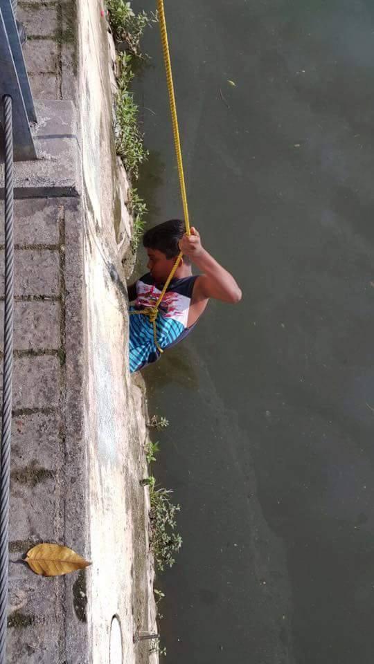 acto heroico niño rescata perrito en Malasia 2