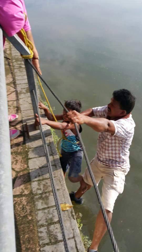 acto heroico niño rescata perrito en Malasia 4