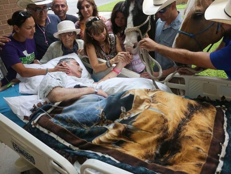 hombre-es-visitado-por-caballos3
