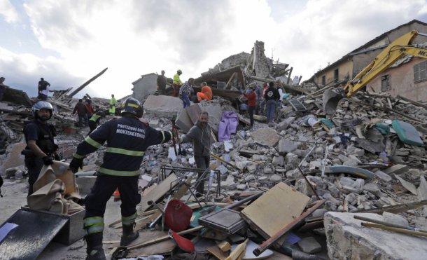 perro-se-despide-de-dueno-victima-de-terremoto-de-italia5