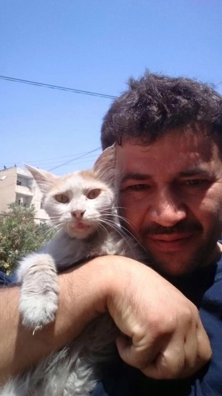 hombre-gato-aleppo-siria-02