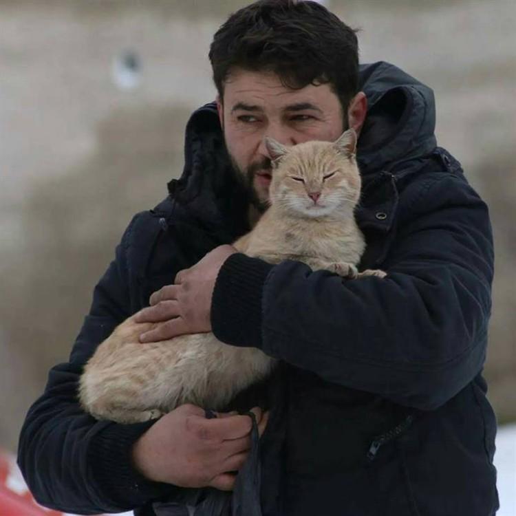 hombre-gato-aleppo-siria-03