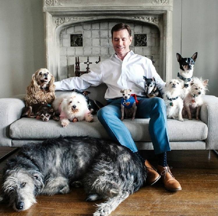 hombre-dedica-su-vida-a-adoptar-animales-viejos-que-nadie-quiere-2