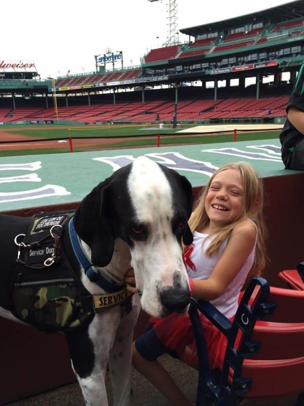 bella-burton-puede-andar-gracias-a-la-ayuda-de-su-perro-y-gran-amigo-george-2