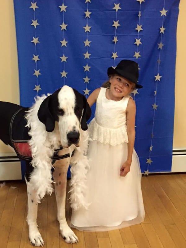 bella-burton-puede-andar-gracias-a-la-ayuda-de-su-perro-y-gran-amigo-george-6