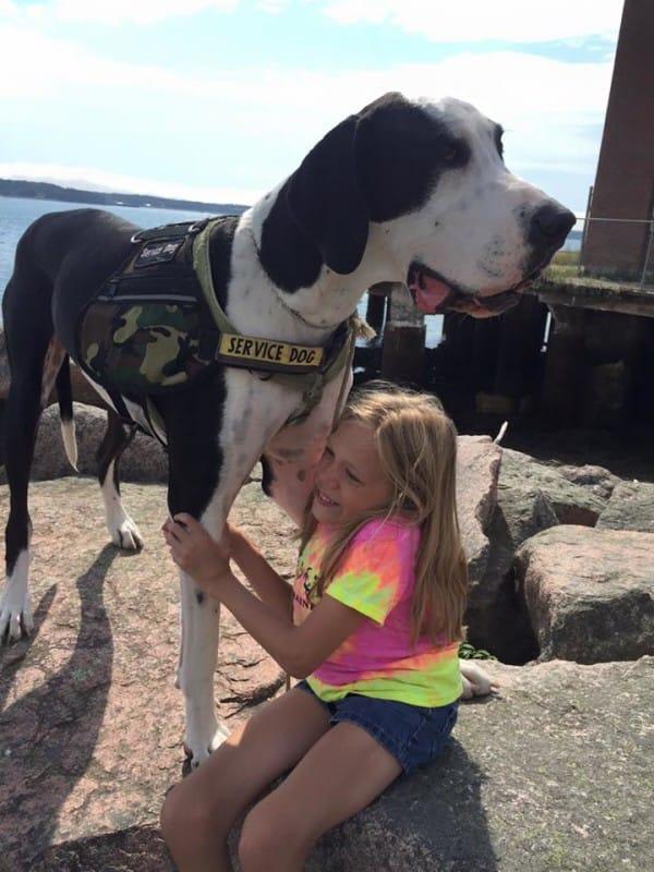 bella-burton-puede-andar-gracias-a-la-ayuda-de-su-perro-y-gran-amigo-george-7