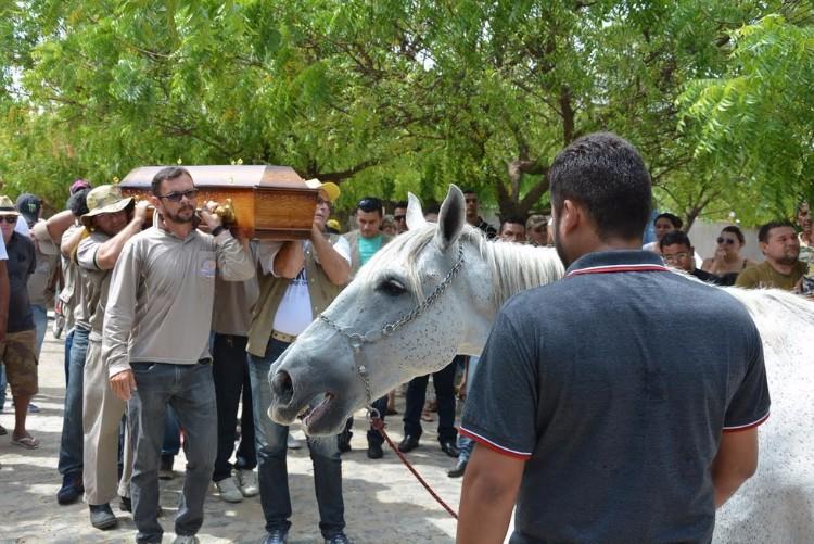 sereno-caballo-llora-funeral-brasil-06