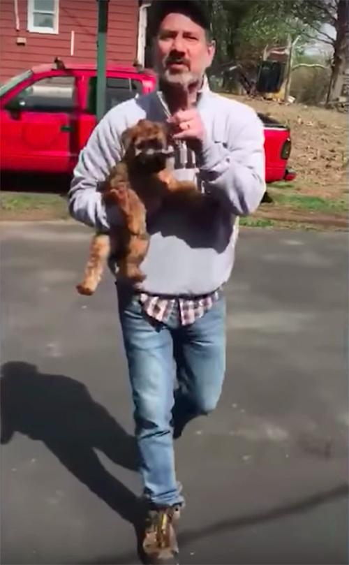 Mujer recibe 2 cachorros