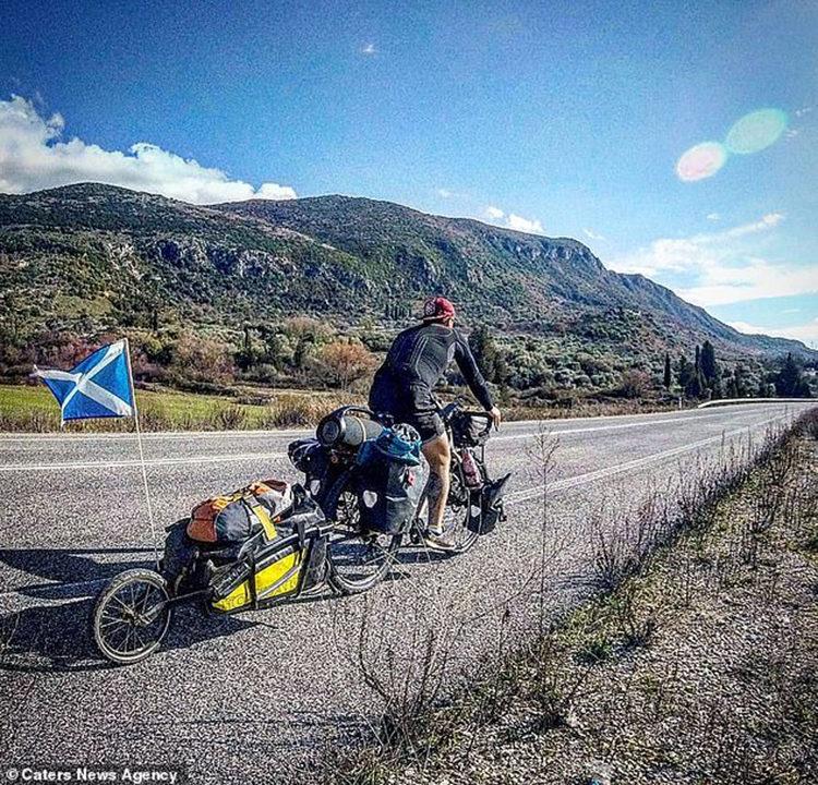 Dean y Nala recorren el mundo en bicicleta