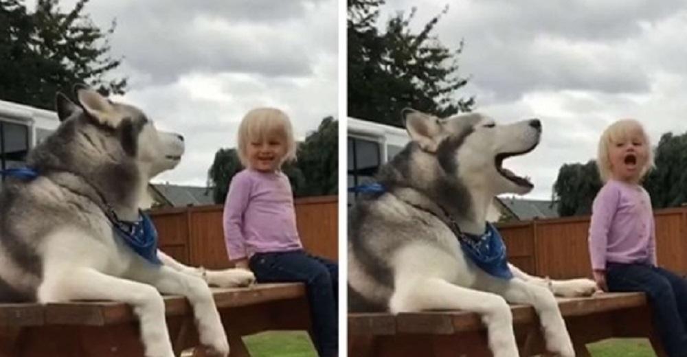 Una niña epiléptica y un perrito tienen una seria conversación completa en su propio idioma