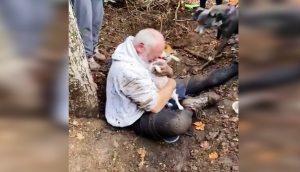 Rompe en llanto al encontrar a su mascota desaparecida en el interior de un agujero de tierra