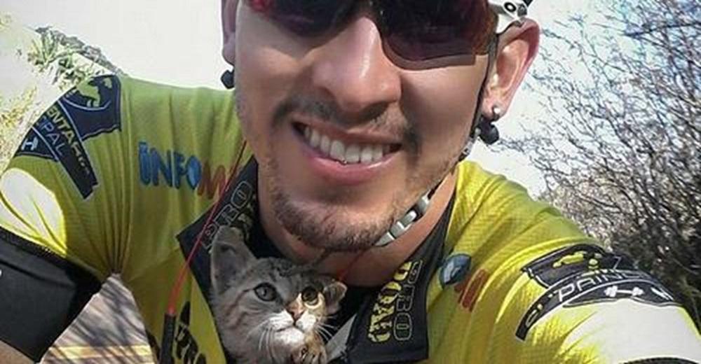 Gatito no para de besar al ciclista que pasó a su lado y lo salvó metiéndolo en su camiseta