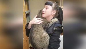 Queda devastada cuando un gato que vio por primera vez en el refugio se lanza a sus brazos