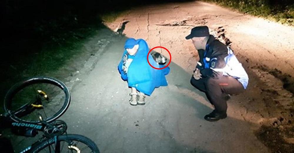 Encuentran a un perro callejero calentando con su cuerpo a un ciclista herido en el bosque