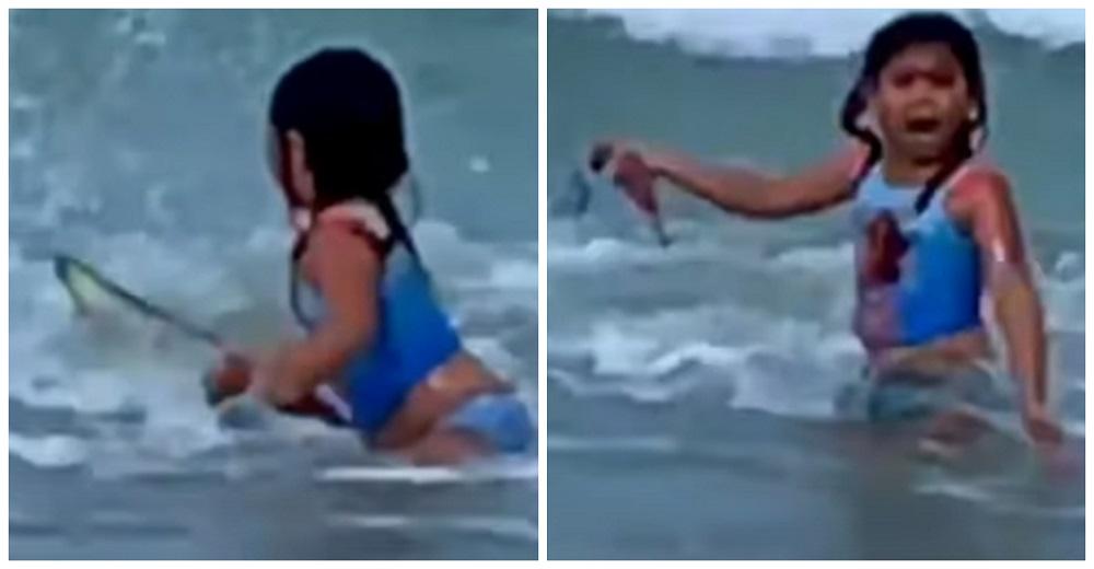 Una madre se queda quieta grabando a su hija que saltaba en el mar, pero ella gritaba: ¡TIBURÓN!