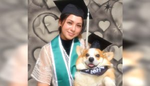 Celebra su graduación con el perro de terapia que estuvo a su lado ayudándola en su carrera