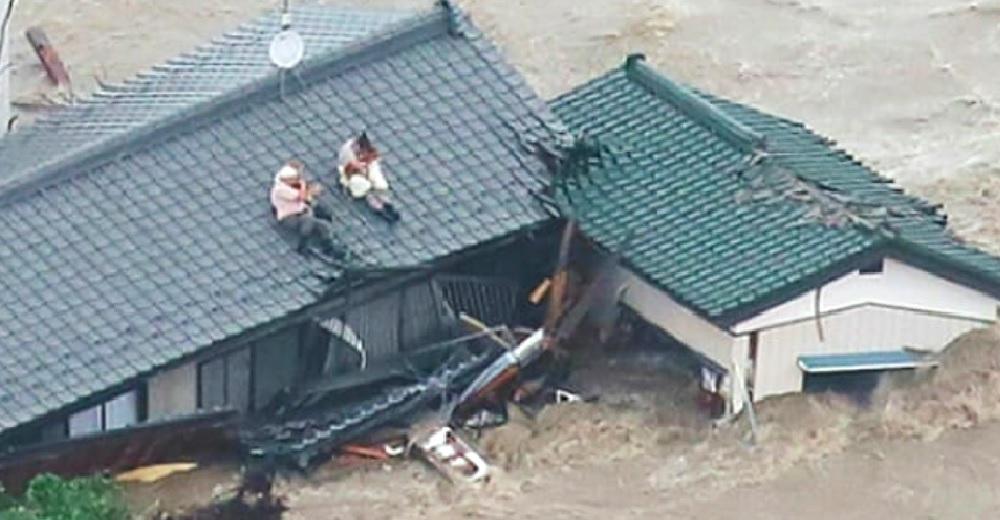 Rescatistas dejan a los abuelitos a su suerte en una inundación por negarse a dejar a sus perros