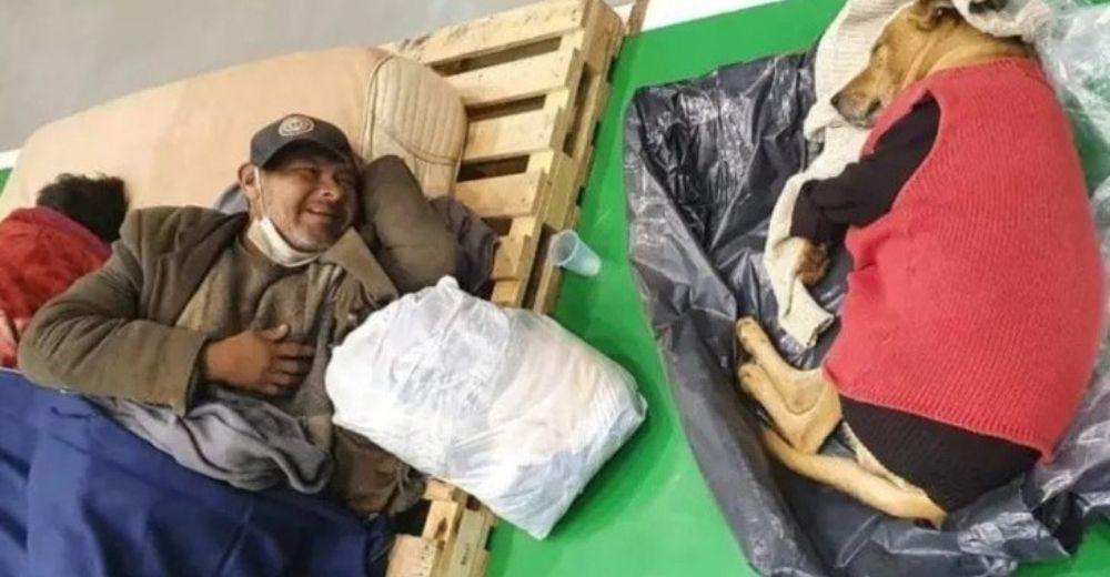Hombre sin hogar acepta pasar la noche en un albergue y su perro es abrigado por los oficiales