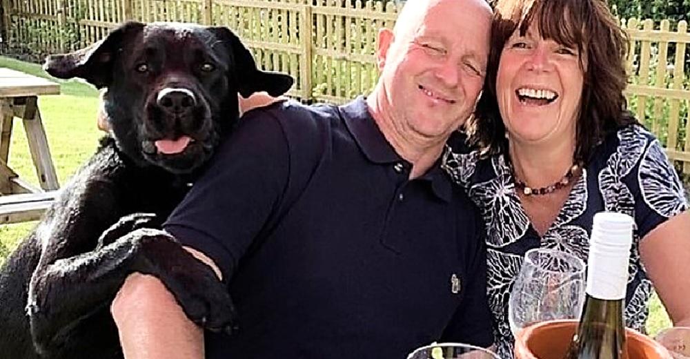 Un perrito hace reír a sus dueños tras darse cuenta que pensaban no incluirlo en la foto