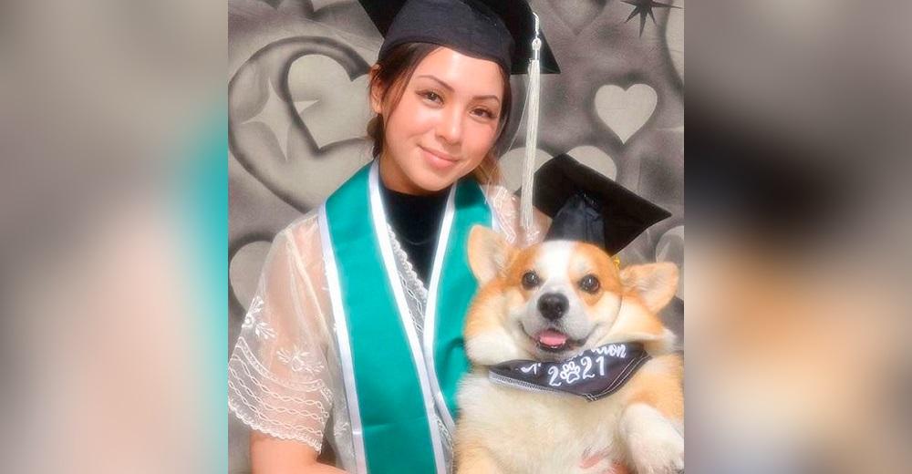 Estudiante posa con su perro en una emotiva foto de graduación, él la ayudó a alcanzar la meta