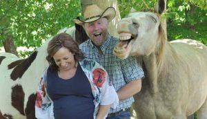 Caballo se roba el show en la sesión de fotos de maternidad de una pareja