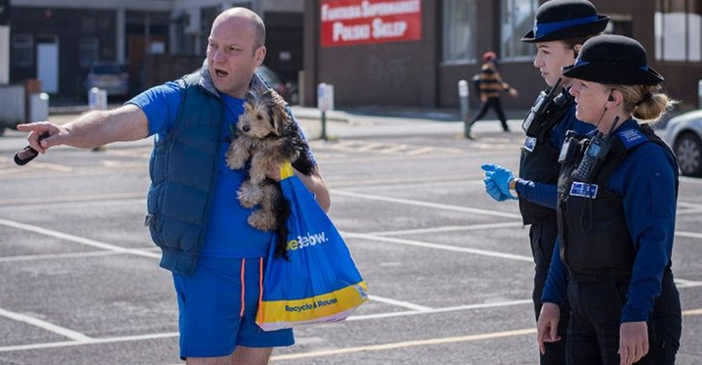 Hombre rompe el cristal de un lujoso Mercedes para salvar a un pobre cachorrito que se asfixiaba