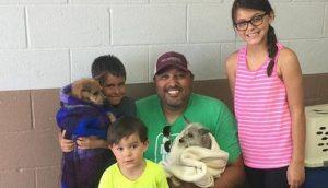 Familia encuentra a su perro junto a su amigo que nunca lo abandonó en las calles y lo adoptan