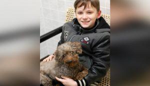 Niño visita un refugio y termina adoptando al perrito más viejito del lugar